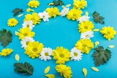 Close-upmening van mooie bloemenkroon met gele en witte bloemen Stock Afbeeldingen