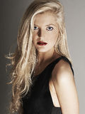 Close-upmening van mooie blondevrouw die camera bekijken Royalty-vrije Stock Afbeeldingen