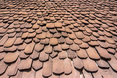 Close-upmening van mooie patroon en laag op het huis` s dak dat van houten wordt gemaakt royalty-vrije stock afbeeldingen