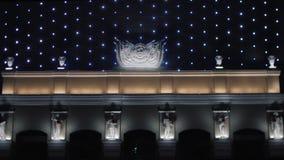 Close-upmening van ontzagwekkend bedrijfscentrum of openbaar gebouw met de het knipperen van het nachtverlichting en pleister sta stock videobeelden