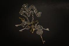 Close-upmening van oude decoratieve diverse uitstekende sleutels op donker grijs Stock Foto