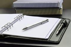 Close-upmening van potlood, blocnote en boeken Stock Afbeeldingen