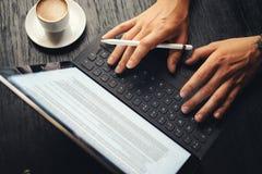 Close-upmening van twee mannelijke handen die op elektronische tablet toetsenbord-dok post typen Mens die op kantoor en het gebru royalty-vrije stock foto