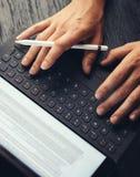 Close-upmening van twee mannelijke handen die op elektronische tablet toetsenbord-dok post typen Mens die op kantoor en het gebru royalty-vrije stock foto's