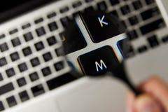 close-upmening van vergrootglas en laptop toetsenbord, selectieve nadruk royalty-vrije stock afbeeldingen