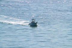 Close-upmening van Vissersbootsnelheden in de Atlantische Oceaan in de Sleutels van Florida met medio dagzon die op water glimmen Royalty-vrije Stock Foto's