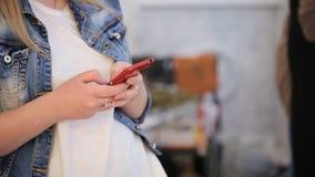 Close-upmening van vrouw het typen op celtelefoon stock video