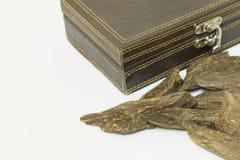 Close-upmening van Wierookvat, Agar-agarhout: Oud, wierookspaanders, op een achtergrond worden geïsoleerd die Royalty-vrije Stock Foto