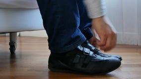 Close-upmens die lengte van leer de zwarte schoenen 4k dragen stock footage