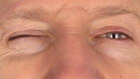 Close-upmens die snel ogen knipperen stock videobeelden