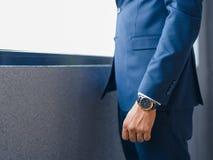 Close-upmens in een kostuum Zakenman in formele slijtage op een vensterachtergrond Kostuumconcept De ruimte van het exemplaar royalty-vrije stock foto