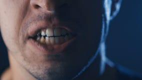 Close-upmond van het Agressieve Mens gillen Gevaarsgeweld Boze mens die met Mond brede open schreeuwen stock footage