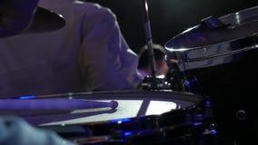 Close-upmusicus het spelen op stadium Langzame motie stock videobeelden