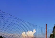 Close-upnetten rond Sportgebied tegen Blauwe Bewolkte Hemel stock foto