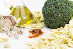 Close-upo F ingrediënten van typische Italiaanse ai van receptenorecchiette broccoli: met de hand gemaakte de deegwarenorecchiett stock fotografie