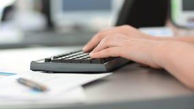 close upp affärskvinnor som arbetar på skrivbordet arkivbild