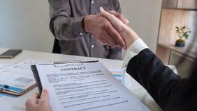 close upp Affärslaghandskakning, når möte royaltyfri fotografi