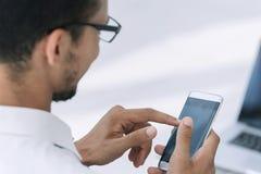 close upp affärsmän som använder en modern smartphone arkivbilder