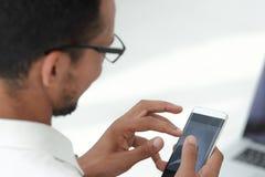 close upp affärsmän som använder en modern smartphone royaltyfri bild