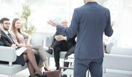 close upp affärsman som gör en presentation på seminariet royaltyfri fotografi