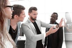 close upp Affärsmannen rymmer en presentation av ett nytt projekt royaltyfri fotografi