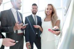 close upp affärspartners som diskuterar ny presentation royaltyfri fotografi