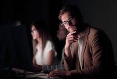 close upp allvarlig affärsman i arbetsplatsen arkivfoto