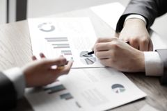 close upp anställda diskuterar finansiella data Foto med kopieringsutrymme royaltyfria bilder