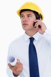 Close upp av den male arkitekten som lyssnar till calleren Arkivbilder