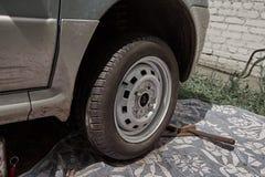 close upp en bil med ett skadat hjul royaltyfri foto