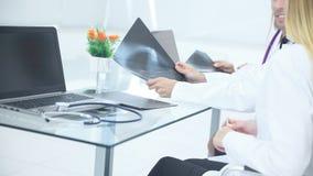 close upp en grupp av doktorer undersöker röntgenstrålen av patienten arkivfoton