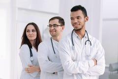 close upp en grupp av unga doktorer som tillsammans står arkivbild