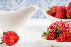close upp Franska Provence Saftiga jordgubbar i det vita porslinet Tr?vit bordl?gger fotografering för bildbyråer