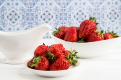 close upp Franska Provence Saftiga röda jordgubbar i det vita porslinet lantlig livstid fortfarande bl? white f?r bakgrund arkivbilder