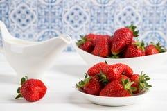 close upp Franska Provence Saftiga r?da jordgubbar i det vita porslinet lantlig livstid fortfarande Tr?vit bordl?gger royaltyfri foto