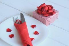 close upp gåvan och tabellen ställde in för dag för valentin` s Fotografering för Bildbyråer