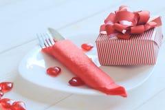 close upp gåvan och tabellen ställde in för dag för valentin` s Royaltyfria Bilder