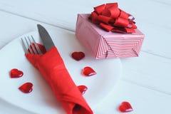 close upp gåvan och tabellen ställde in för dag för valentin` s Arkivfoto