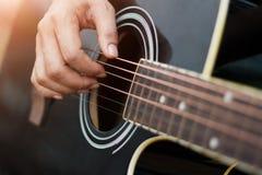 close upp Gitarrist på etappen för bakgrund, händer som spelar den akustiska gitarren royaltyfria bilder