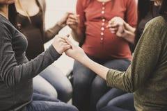close upp Gravida flickor för barn i cirkelhållhänder Arkivbild