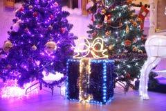 close upp lår med julgåvor nära julgranen royaltyfria foton