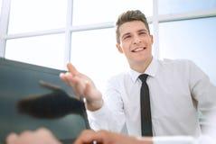 close upp le anställd som pekar på bärbar datorskärmen fotografering för bildbyråer
