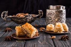 close upp 1 livstid fortfarande Östliga honungsötsaker Turkisk traditionell baklava med pistascher och träbaklavafågelbomörker arkivbild