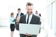 close upp lyckad affärsman som ser bärbar datorskärmen arkivfoto