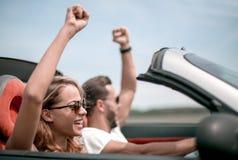 close upp lyckliga älska par som reser i en bil royaltyfri fotografi