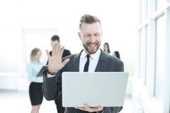 close upp modern affärsman som ser bärbar datorskärmen arkivbild