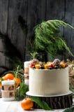 close upp Nytt års kaka, dekorerade olika bär Grå träbakgrund royaltyfri foto
