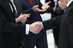close upp Pålitlig handskakning av affärsfolk arkivbild