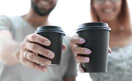 close upp par som är förälskade med koppar kaffe royaltyfria bilder