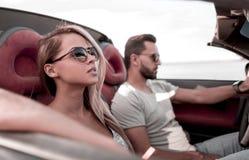close upp parresanden i en cabriolet royaltyfria bilder